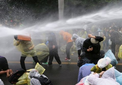 Police use water cannons to break up demonstrations unsuccessfully